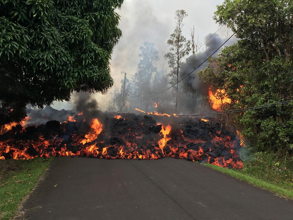 Thế giới trong tuần qua ảnh: Dung nham núi lửa cuồn cuộn như lũ trên quốc lộ ở Hawaii - Ảnh 1.