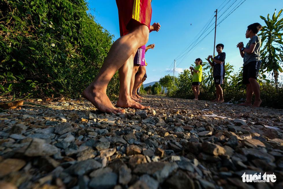 Những bạn trẻ chạy chân trần trên đường nhựa, đường đất - Ảnh 6.