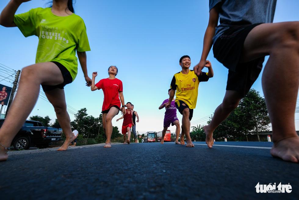 Những bạn trẻ chạy chân trần trên đường nhựa, đường đất - Ảnh 9.
