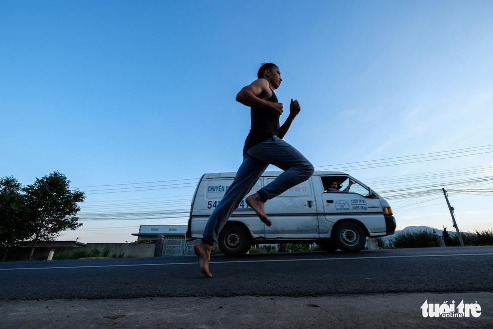 Những bạn trẻ chạy chân trần trên đường nhựa, đường đất - Ảnh 10.