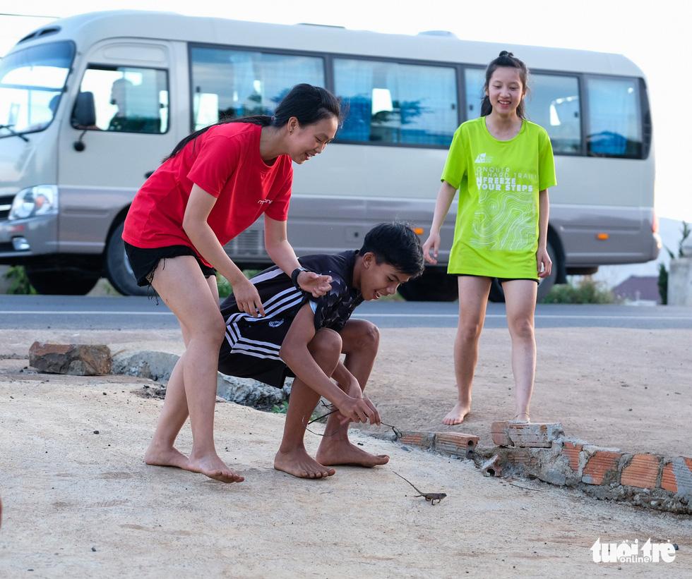 Những bạn trẻ chạy chân trần trên đường nhựa, đường đất - Ảnh 13.