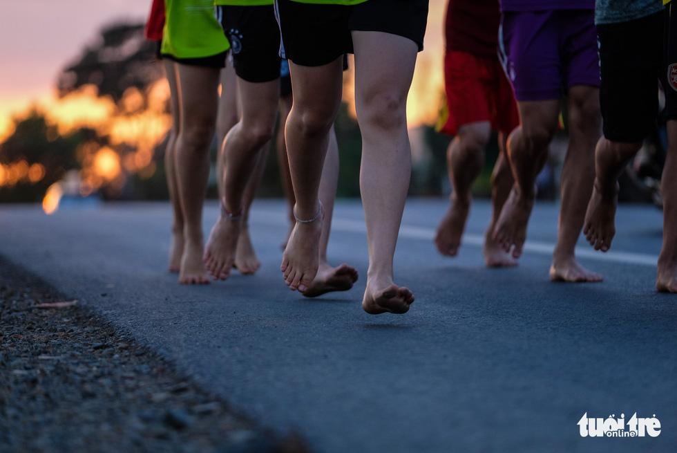 Những bạn trẻ chạy chân trần trên đường nhựa, đường đất - Ảnh 3.