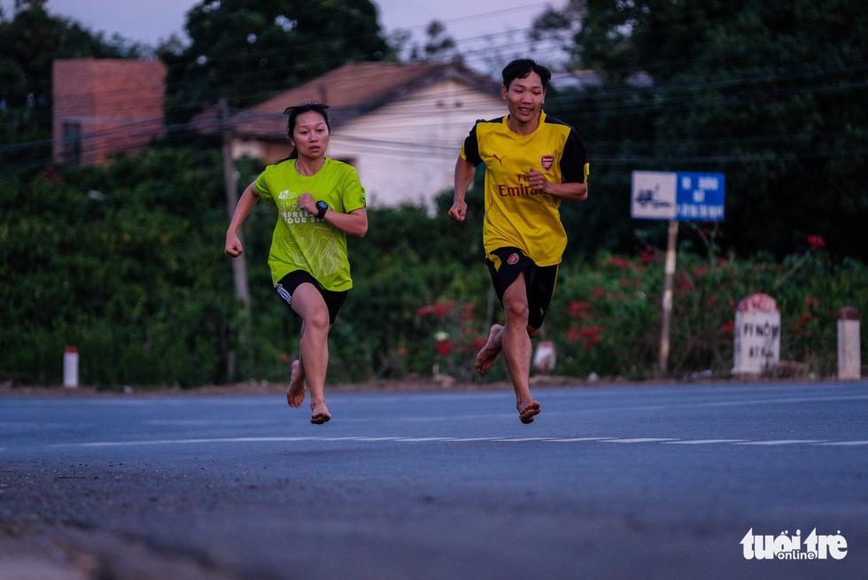 Những bạn trẻ chạy chân trần trên đường nhựa, đường đất - Ảnh 4.