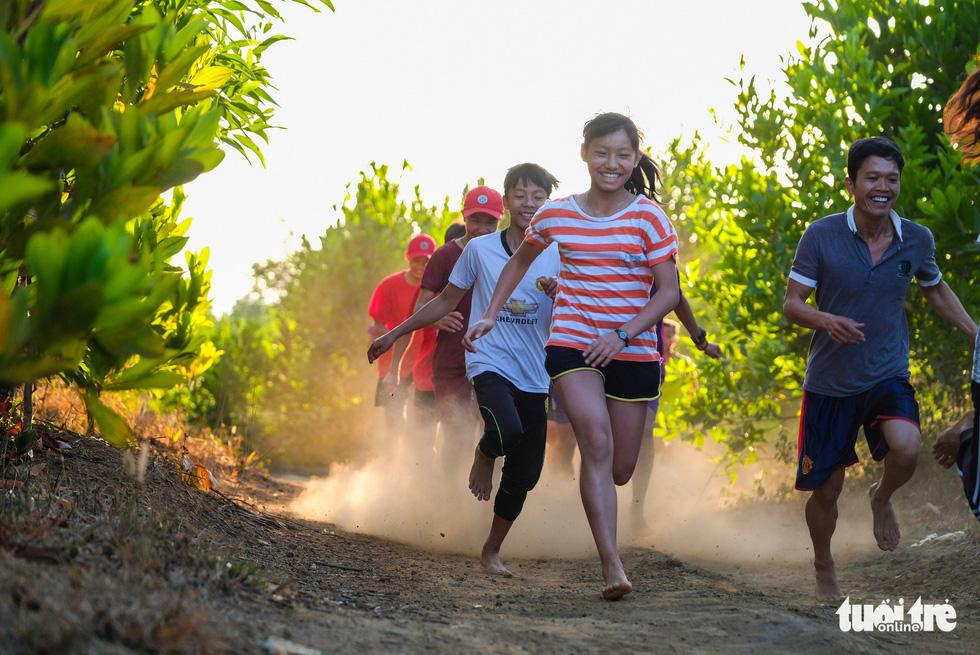 Những bạn trẻ chạy chân trần trên đường nhựa, đường đất - Ảnh 1.