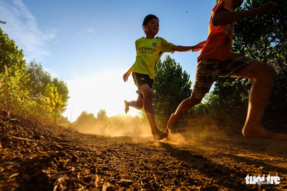Những bạn trẻ chạy chân trần trên đường nhựa, đường đất - Ảnh 14.