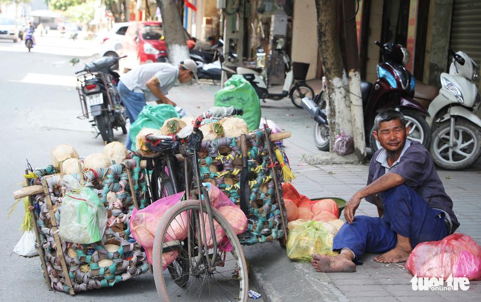 Người dân nhọc nhằn trong chảo lửa bỏng rát ở Nghệ An - Ảnh 10.