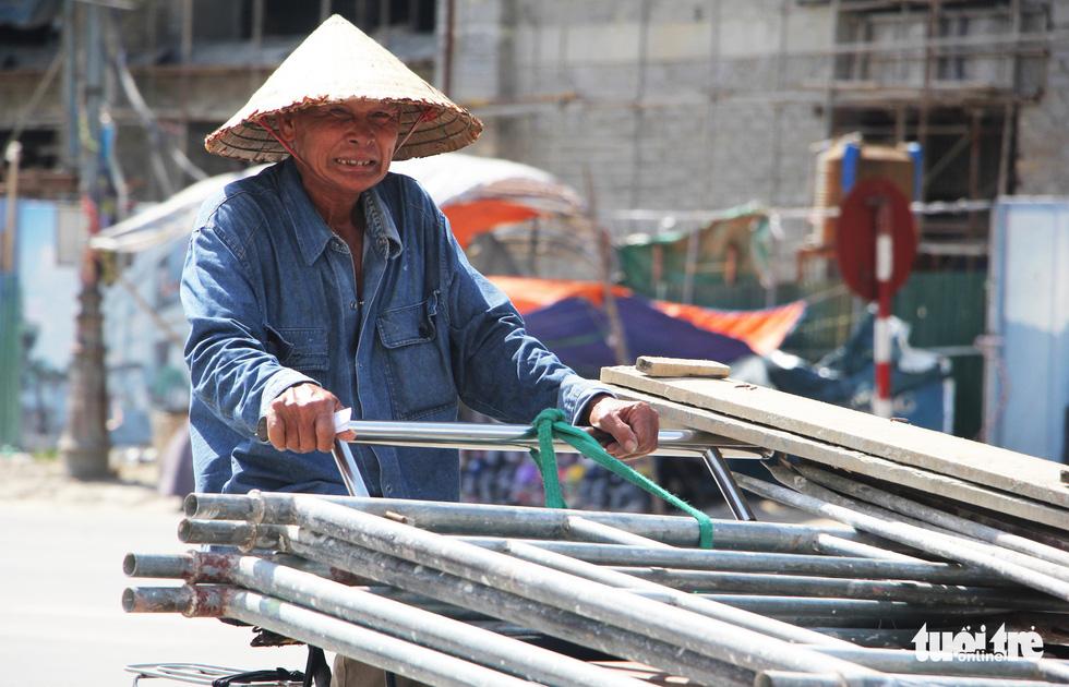 Người dân nhọc nhằn trong chảo lửa bỏng rát ở Nghệ An - Ảnh 11.