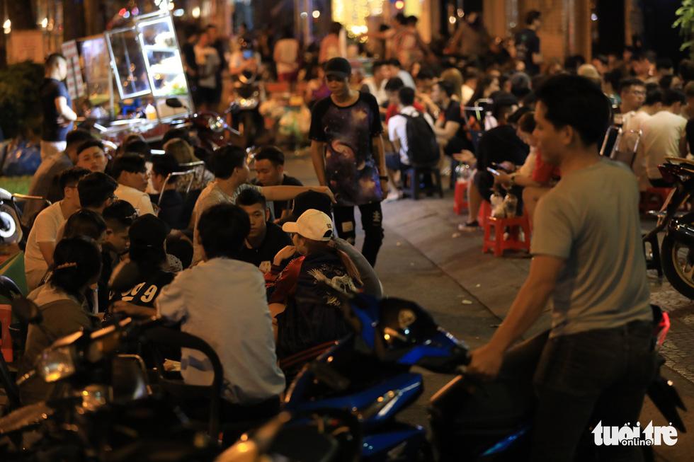 Vỉa hè Sài Gòn lại bị chiếm trọn làm quán nhậu, bãi xe - Ảnh 21.