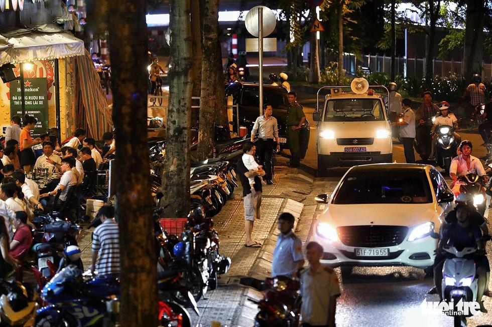 Vỉa hè Sài Gòn lại bị chiếm trọn làm quán nhậu, bãi xe - Ảnh 13.