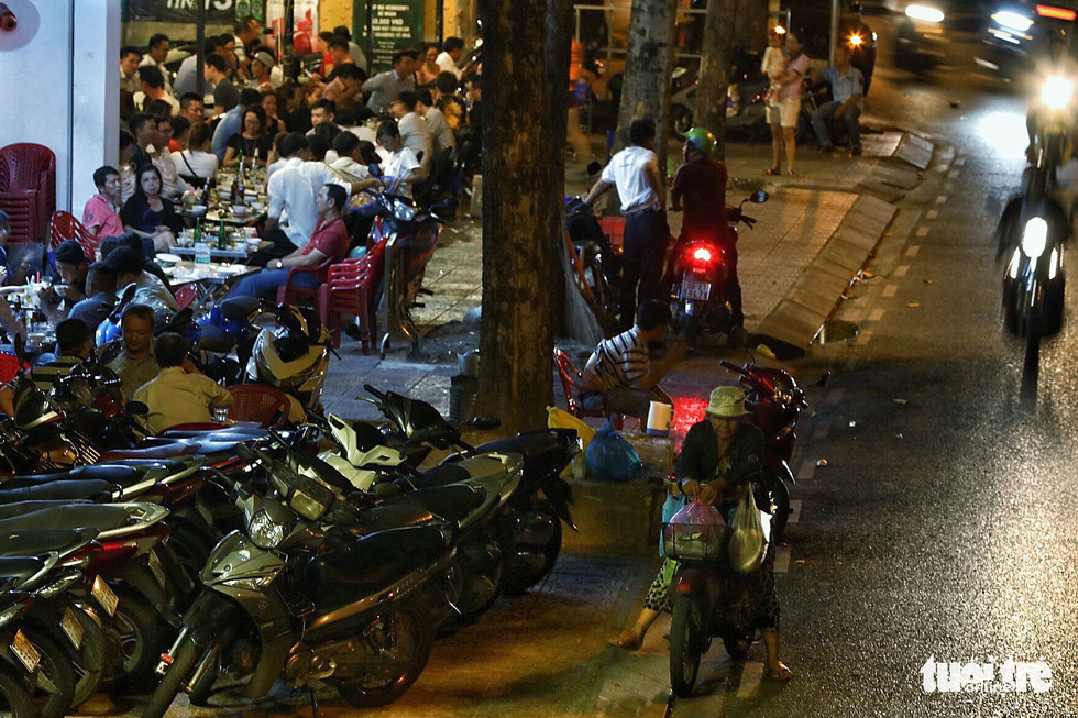 Vỉa hè Sài Gòn lại bị chiếm trọn làm quán nhậu, bãi xe - Ảnh 15.