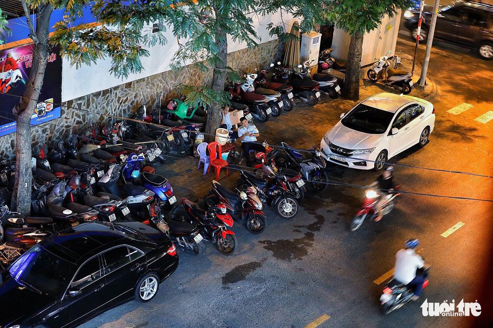 Vỉa hè Sài Gòn lại bị chiếm trọn làm quán nhậu, bãi xe - Ảnh 16.