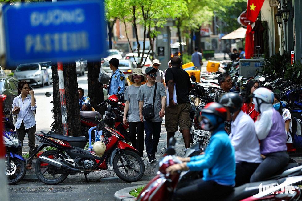Vỉa hè Sài Gòn lại bị chiếm trọn làm quán nhậu, bãi xe - Ảnh 17.