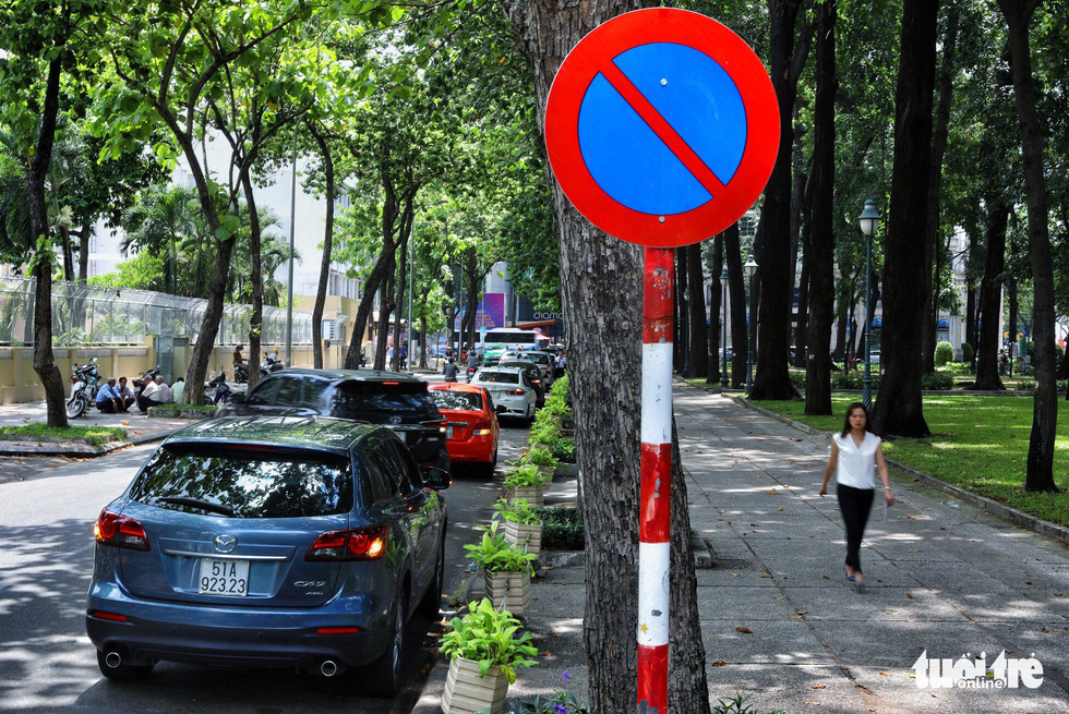 Vỉa hè Sài Gòn lại bị chiếm trọn làm quán nhậu, bãi xe - Ảnh 19.