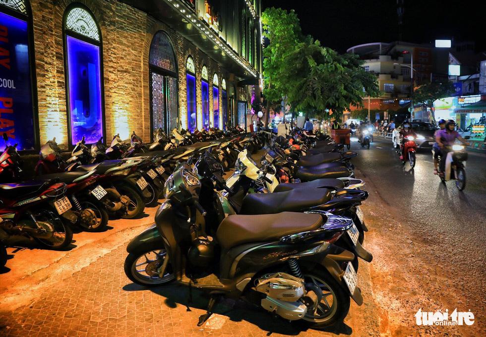Vỉa hè Sài Gòn lại bị chiếm trọn làm quán nhậu, bãi xe - Ảnh 20.