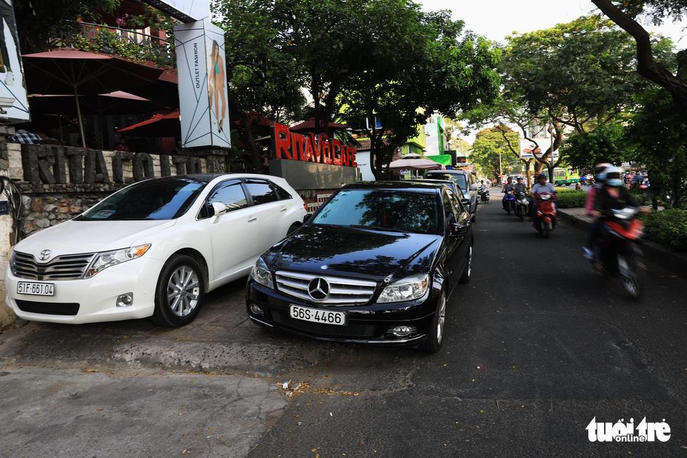 Vỉa hè Sài Gòn lại bị chiếm trọn làm quán nhậu, bãi xe - Ảnh 11.