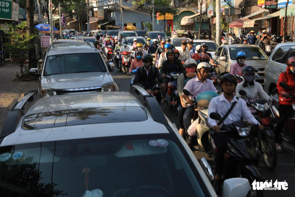 Vỉa hè Sài Gòn lại bị chiếm trọn làm quán nhậu, bãi xe - Ảnh 12.