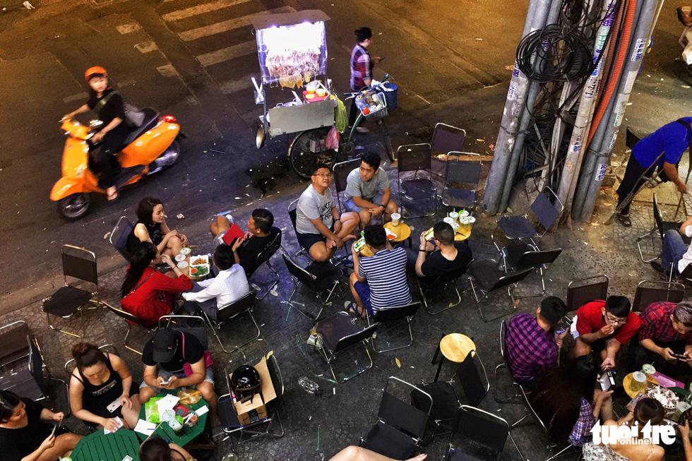Vỉa hè Sài Gòn lại bị chiếm trọn làm quán nhậu, bãi xe - Ảnh 3.