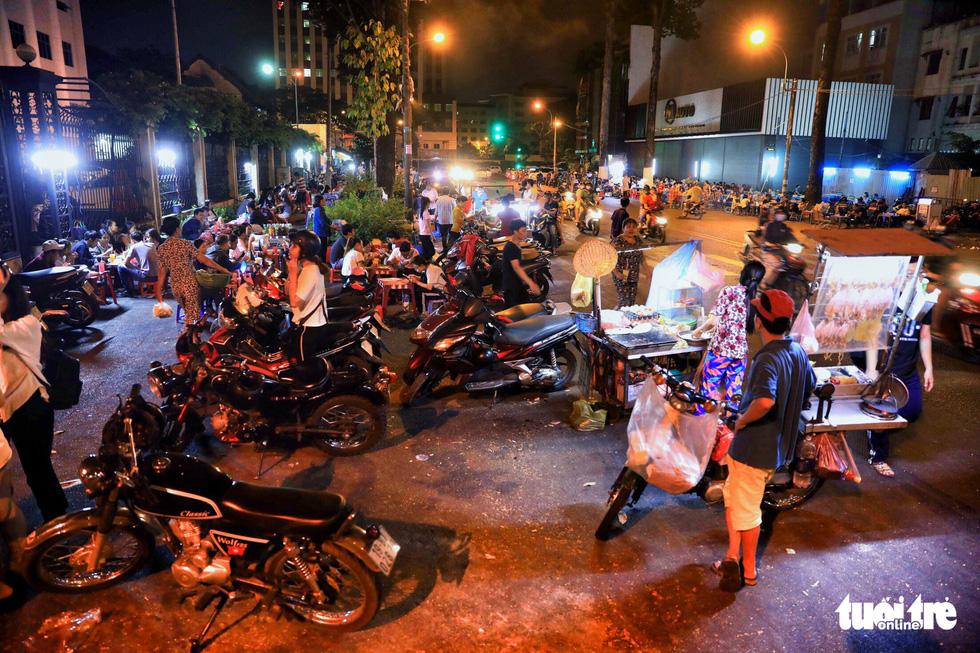 Vỉa hè Sài Gòn lại bị chiếm trọn làm quán nhậu, bãi xe - Ảnh 4.