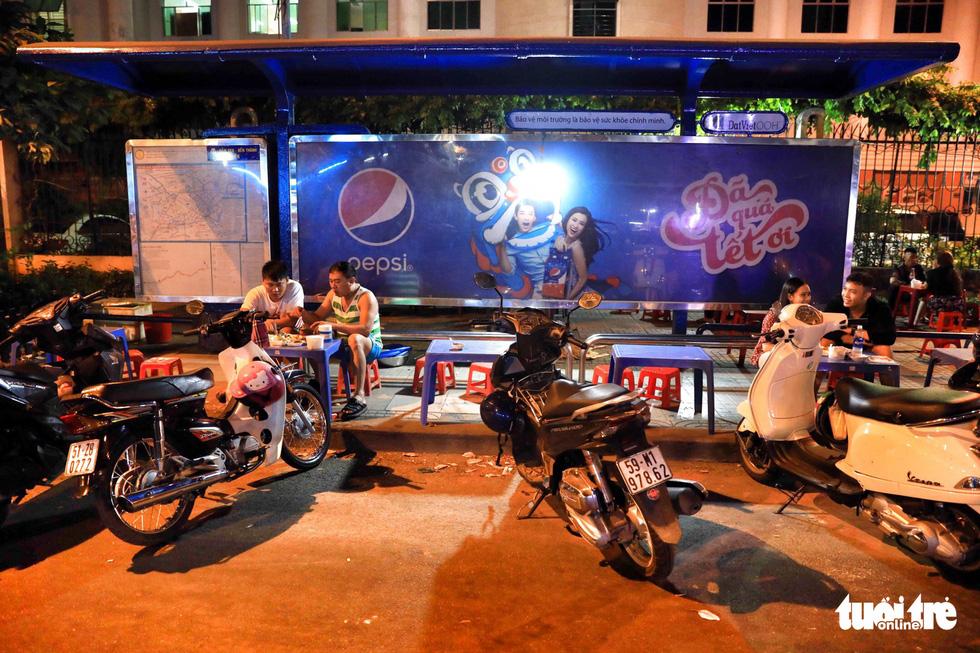 Vỉa hè Sài Gòn lại bị chiếm trọn làm quán nhậu, bãi xe - Ảnh 5.