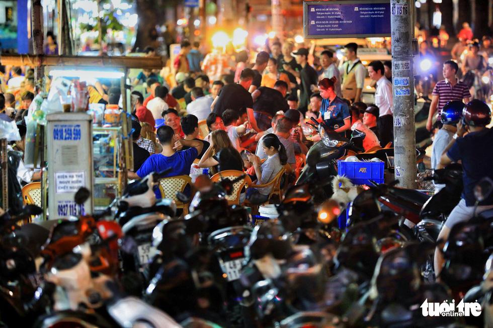 Vỉa hè Sài Gòn lại bị chiếm trọn làm quán nhậu, bãi xe - Ảnh 7.