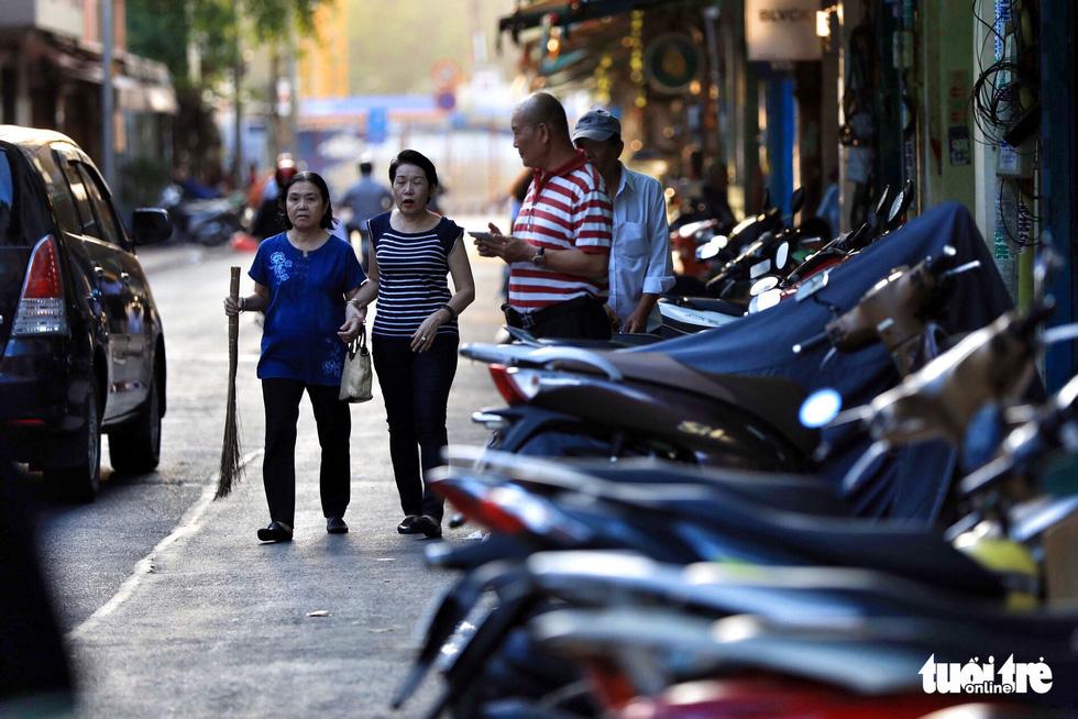 Vỉa hè Sài Gòn lại bị chiếm trọn làm quán nhậu, bãi xe - Ảnh 9.