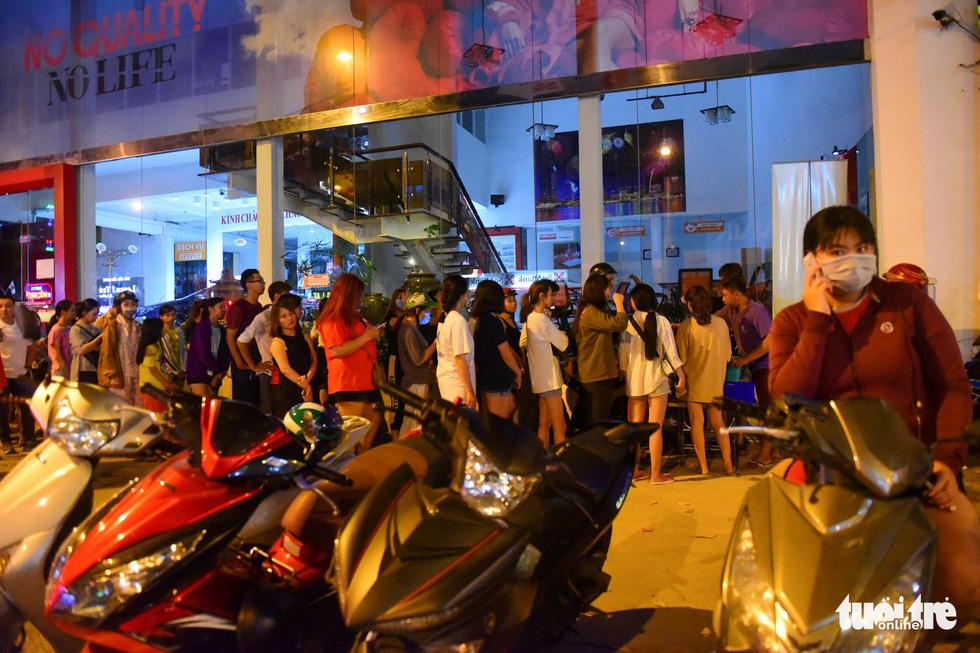 Bạn trẻ Sài Gòn xếp hàng mua sữa tươi trân châu vỉa hè - Ảnh 2.