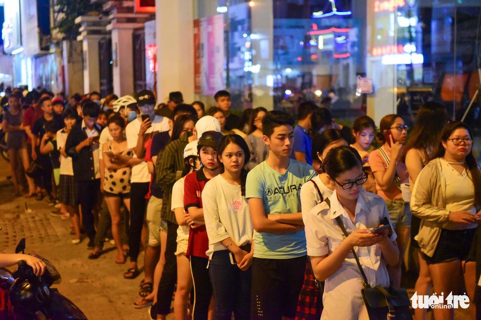 Bạn trẻ Sài Gòn xếp hàng mua sữa tươi trân châu vỉa hè - Ảnh 4.