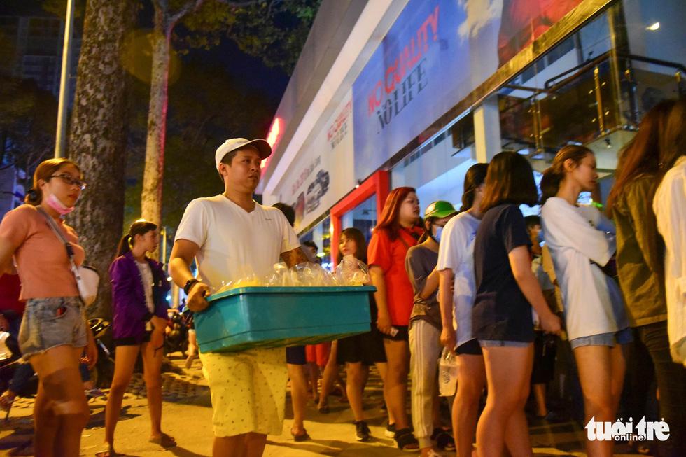 Bạn trẻ Sài Gòn xếp hàng mua sữa tươi trân châu vỉa hè - Ảnh 10.
