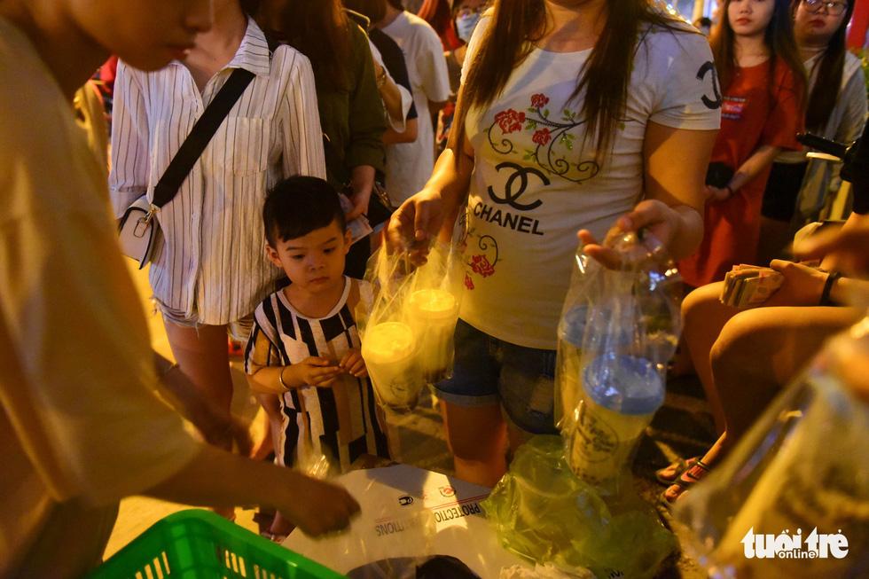 Bạn trẻ Sài Gòn xếp hàng mua sữa tươi trân châu vỉa hè - Ảnh 5.