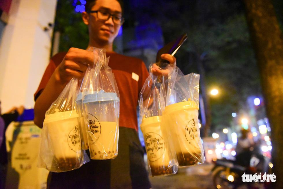 Bạn trẻ Sài Gòn xếp hàng mua sữa tươi trân châu vỉa hè - Ảnh 1.