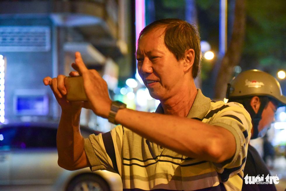 Bạn trẻ Sài Gòn xếp hàng mua sữa tươi trân châu vỉa hè - Ảnh 9.