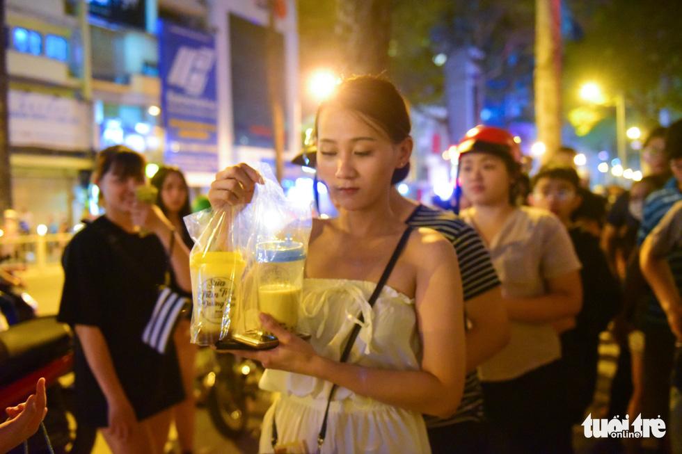 Bạn trẻ Sài Gòn xếp hàng mua sữa tươi trân châu vỉa hè - Ảnh 8.