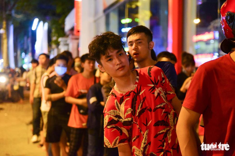 Bạn trẻ Sài Gòn xếp hàng mua sữa tươi trân châu vỉa hè - Ảnh 11.