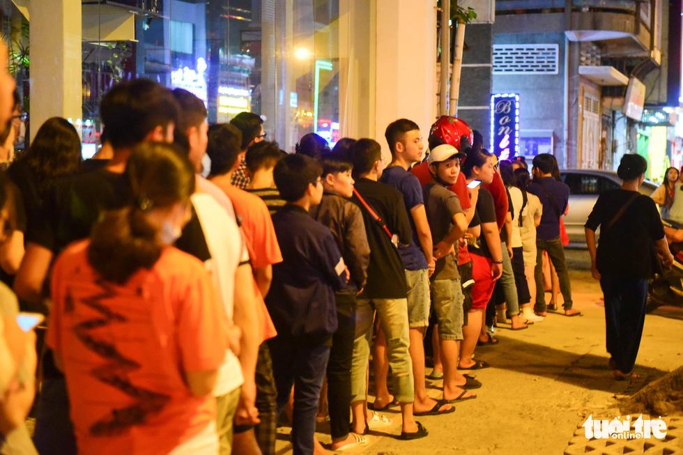 Bạn trẻ Sài Gòn xếp hàng mua sữa tươi trân châu vỉa hè - Ảnh 12.