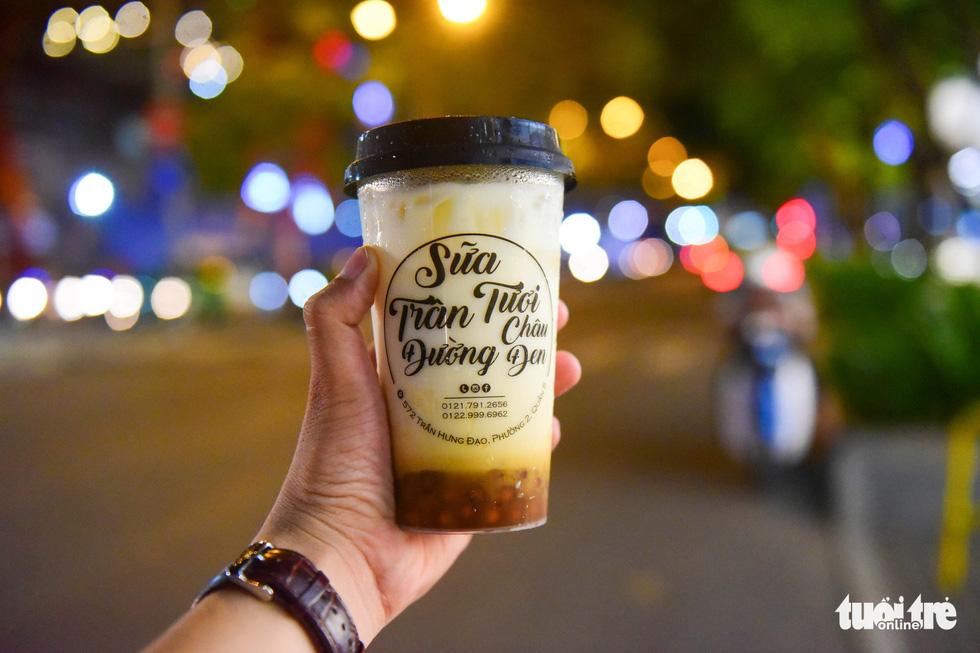 Bạn trẻ Sài Gòn xếp hàng mua sữa tươi trân châu vỉa hè - Ảnh 13.