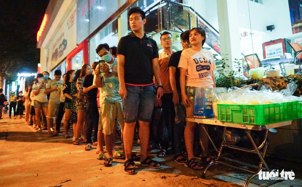 Bạn trẻ Sài Gòn xếp hàng mua sữa tươi trân châu vỉa hè - Ảnh 3.