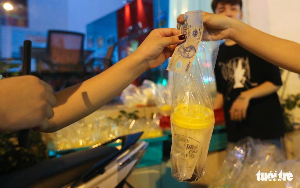 Bạn trẻ Sài Gòn xếp hàng mua sữa tươi trân châu vỉa hè - Ảnh 6.