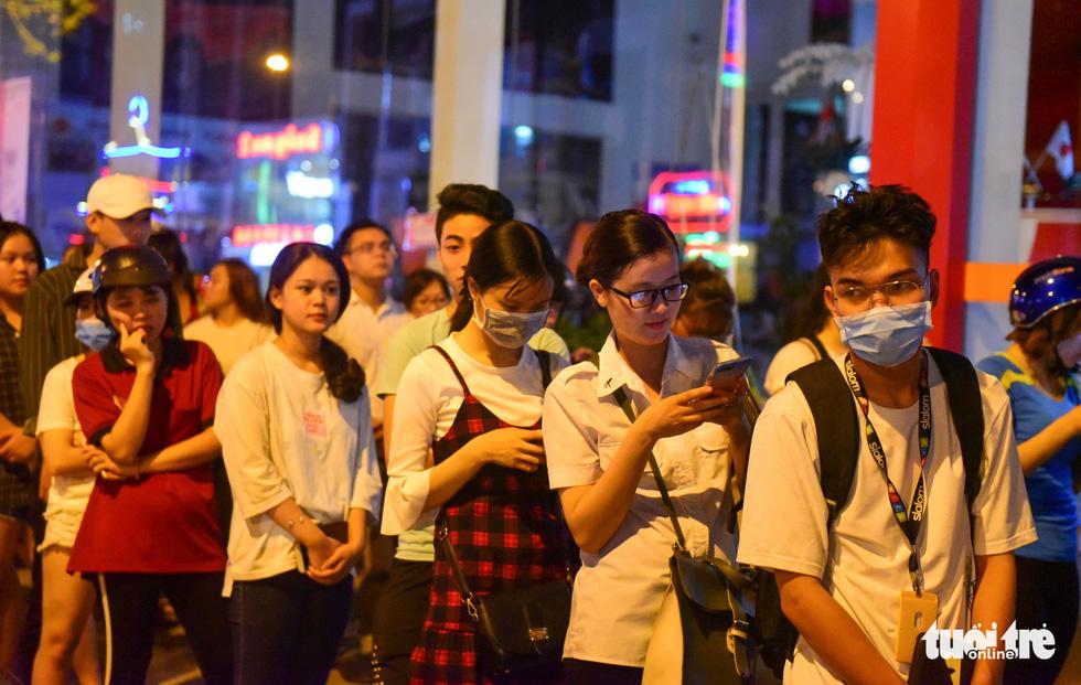 Bạn trẻ Sài Gòn xếp hàng mua sữa tươi trân châu vỉa hè - Ảnh 14.