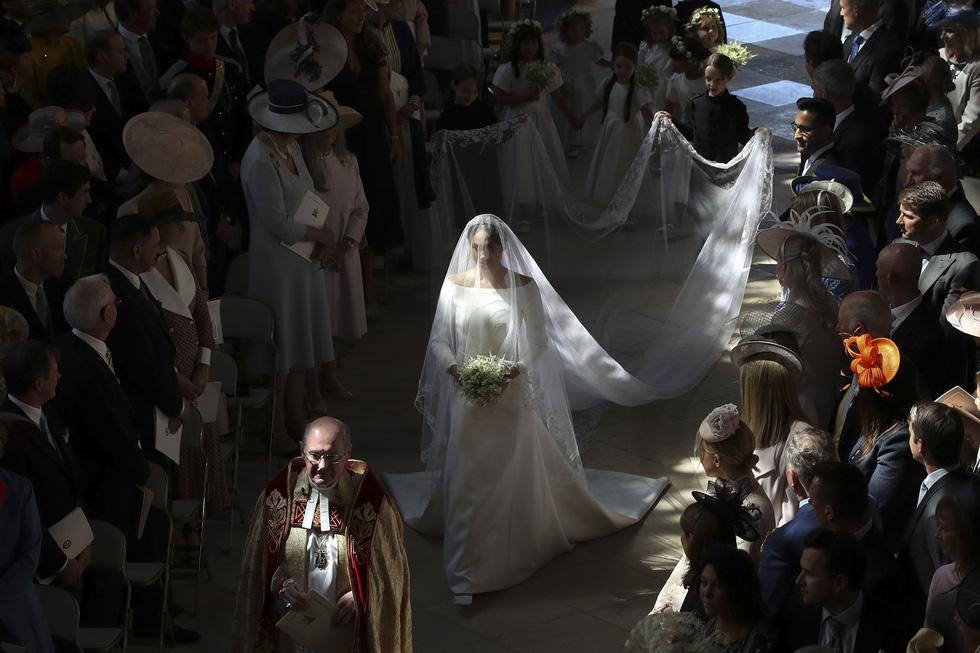 Chiếc váy cưới cho người bình thường trong hôn lễ hoàng gia Anh - Ảnh 5.