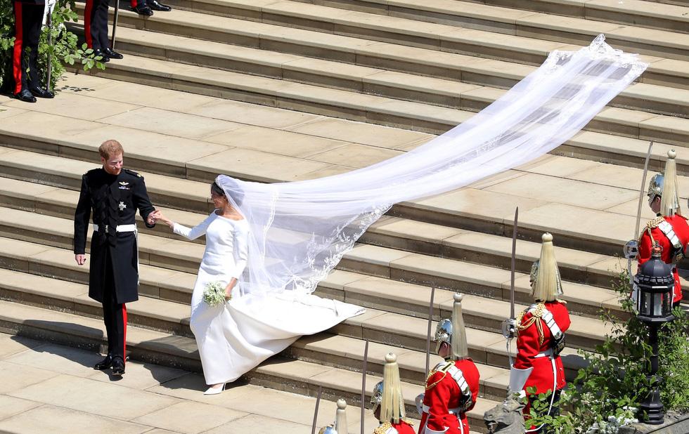 Chiếc váy cưới cho người bình thường trong hôn lễ hoàng gia Anh - Ảnh 13.