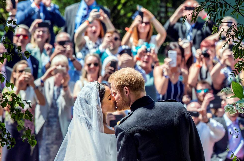 Chiếc váy cưới cho người bình thường trong hôn lễ hoàng gia Anh - Ảnh 1.