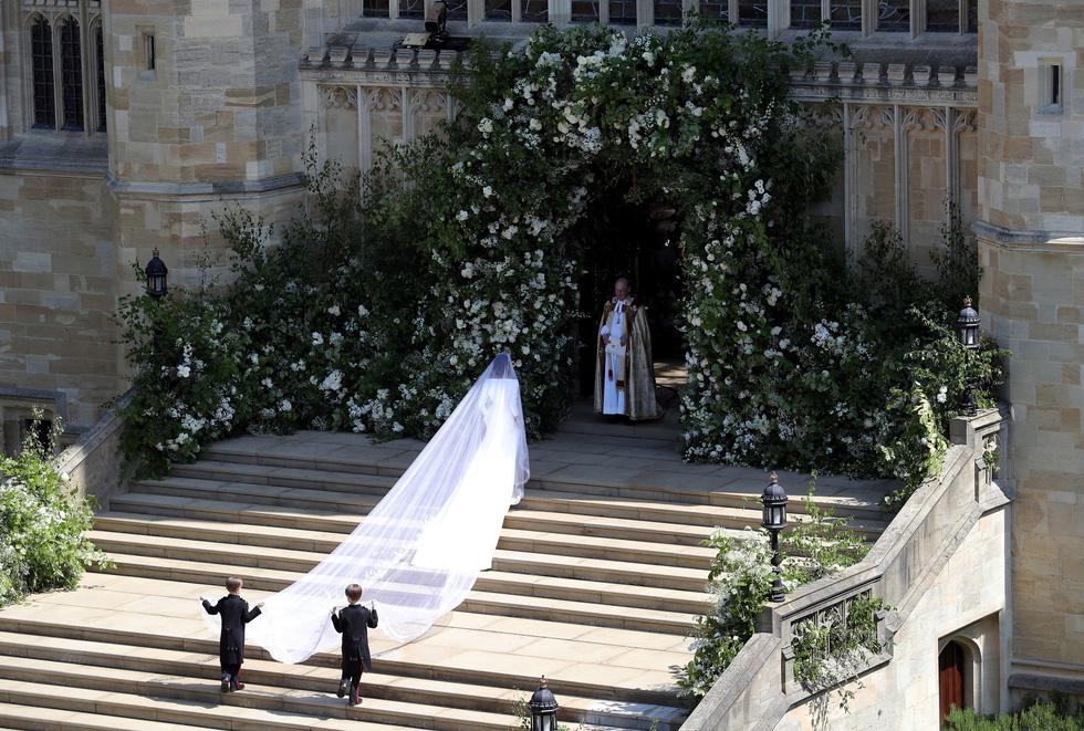Chiếc váy cưới cho người bình thường trong hôn lễ hoàng gia Anh - Ảnh 2.