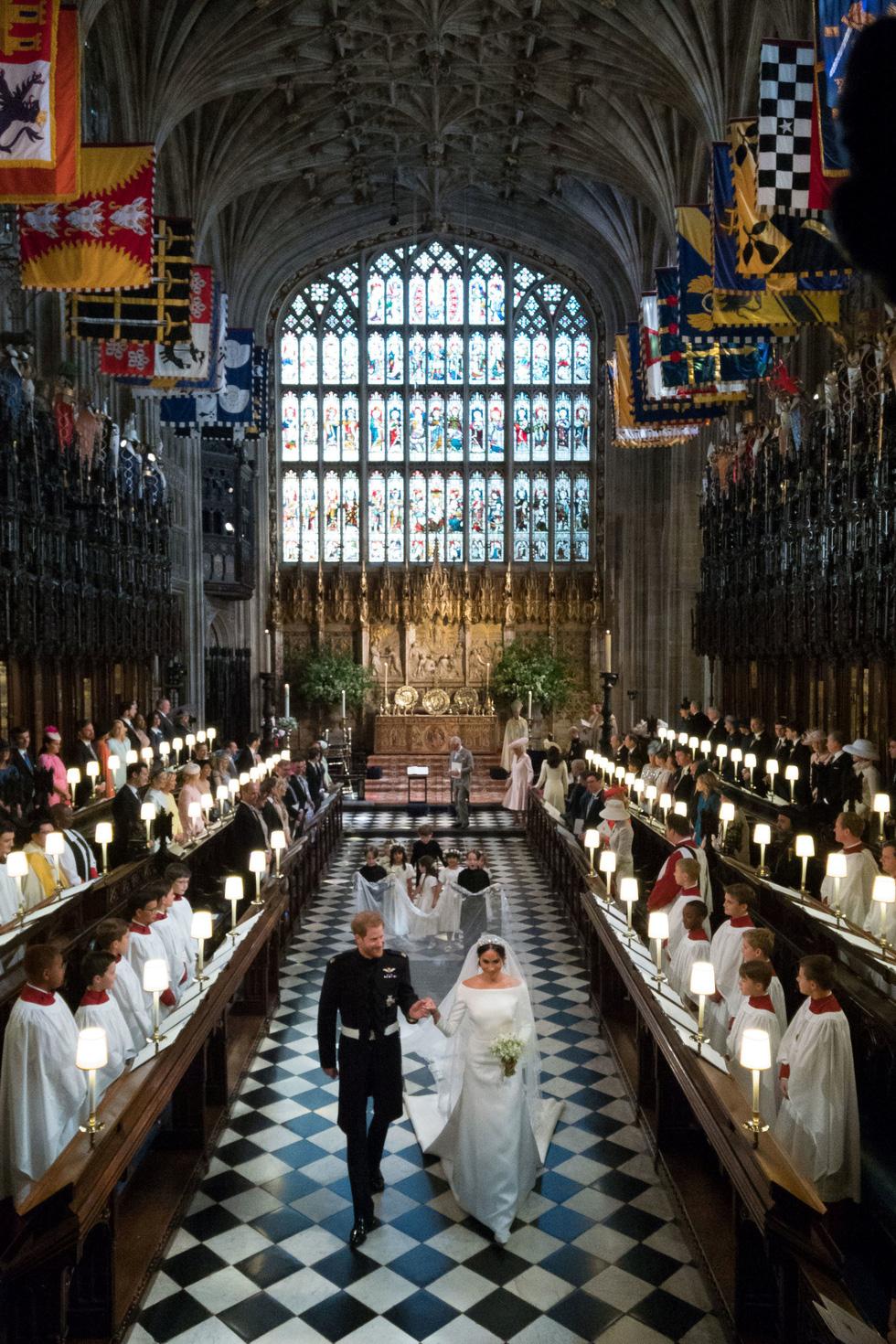 Thế giới trong tuần qua ảnh: xả súng, biểu tình, máy bay rơi và đám cưới Hoàng gia - Ảnh 1.