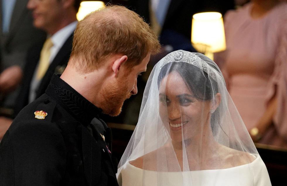 Chiếc váy cưới cho người bình thường trong hôn lễ hoàng gia Anh - Ảnh 9.