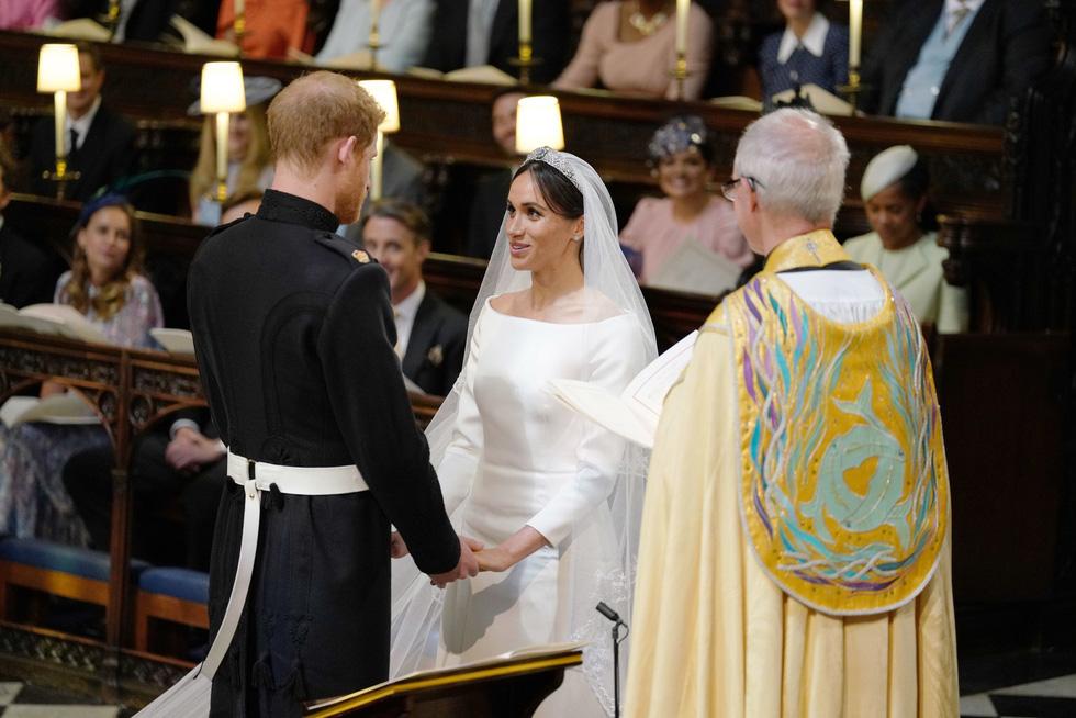 Chiếc váy cưới cho người bình thường trong hôn lễ hoàng gia Anh - Ảnh 10.
