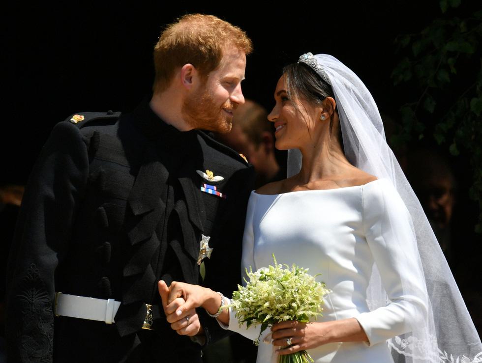 Chiếc váy cưới cho người bình thường trong hôn lễ hoàng gia Anh - Ảnh 14.