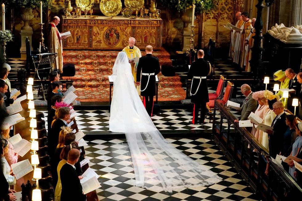 Chiếc váy cưới cho người bình thường trong hôn lễ hoàng gia Anh - Ảnh 8.