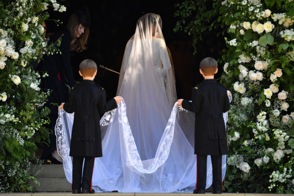 Chiếc váy cưới cho người bình thường trong hôn lễ hoàng gia Anh - Ảnh 3.