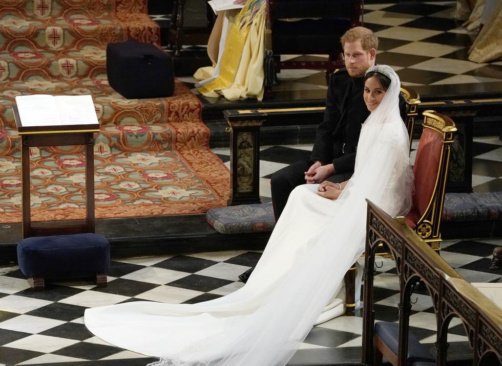 Chiếc váy cưới cho người bình thường trong hôn lễ hoàng gia Anh - Ảnh 7.