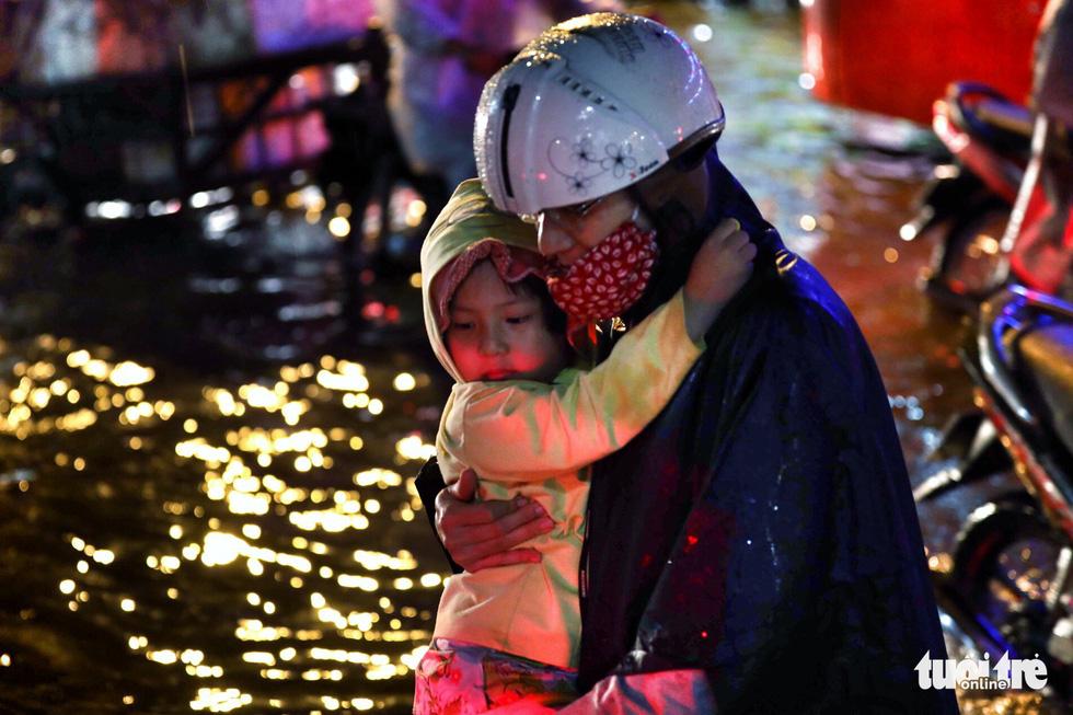 TP.HCM ngập nặng, người dân bì bõm dắt xe về lúc nửa đêm - Ảnh 8.